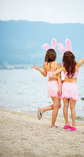 ビーチの前に立っている女の子の写真・画像素材[721196]