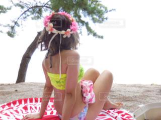 ビーチで座っている女の子 - No.738705