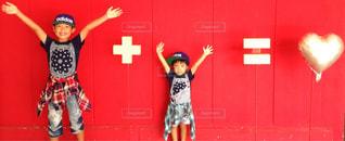建物の前に立っている女の子 - No.762180