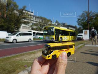 駐車場に黒と黄色の車を持っている手 - No.845481