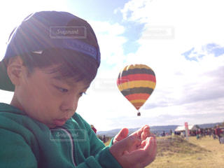 凧を保持している少年の写真・画像素材[863357]
