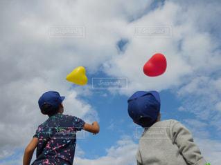 空気でフリスビーを再生する人々 のグループの写真・画像素材[863367]