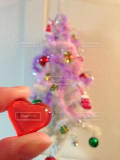 近くにプラスチックのおもちゃを握っている手のアップ - No.895340