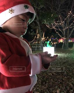 クリスマス帽子をかぶっている少年 - No.903310