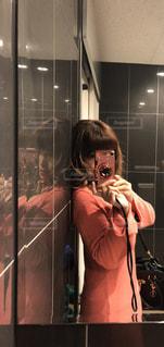 カメラにポーズ鏡の前に立っている人 - No.912817