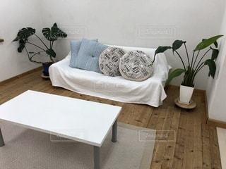 家具やテーブルの上の花瓶で満たされた部屋の写真・画像素材[926960]