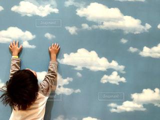 曇りの日に空気を通って飛んで人 - No.952087