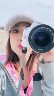 カメラを持って女性の写真・画像素材[969675]
