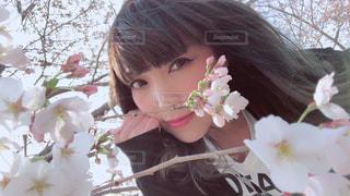 近くにピンクの花の女の子のアップの写真・画像素材[1082709]