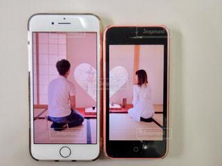 カメラにポーズを鏡の前で座っている男 - No.1123996