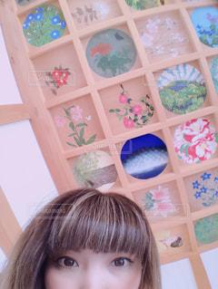 テーブルに座っている少女の写真・画像素材[1144237]