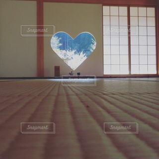 ウィンドウの横にあるベッドのスクリーン ショットの写真・画像素材[1144238]