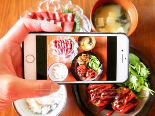 食品のプレートを持っている人の写真・画像素材[1194005]