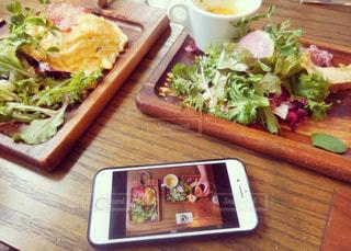 木製のテーブルの上に座ってサンドイッチの写真・画像素材[1194177]