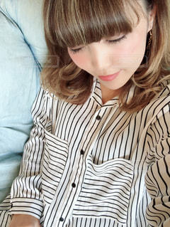 ストライプのシャツの女性の写真・画像素材[1196327]