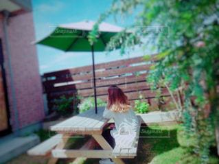 ベンチに座っている人の写真・画像素材[1198696]