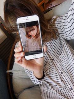 携帯電話を保持している女性の写真・画像素材[1198704]