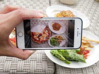 食品のプレートを持っている人の写真・画像素材[1223003]