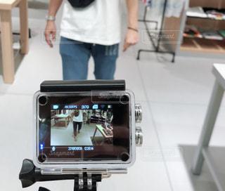 コンピューターの前に立っている人の写真・画像素材[1234235]