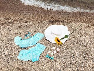 ビーチの上に座っているケーキの写真・画像素材[1254095]