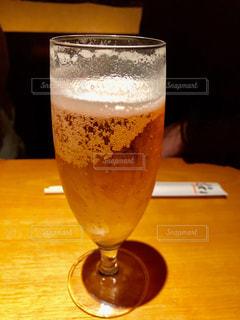テーブルの上のビールのグラスの写真・画像素材[1273327]