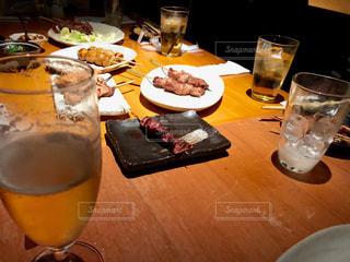 テーブルの上のビールのグラスの写真・画像素材[1273328]