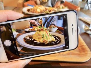 食品のプレートを持っている人の写真・画像素材[1290171]