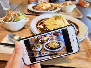 テーブルな皿の上に食べ物のプレートをトッピングの写真・画像素材[1290172]