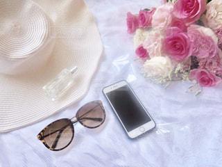テーブルの上の携帯電話の写真・画像素材[1301657]