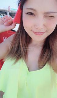 近くにカメラを見て赤髪の女のアップの写真・画像素材[1309488]