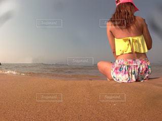 ビーチに立っている少年の写真・画像素材[1309562]