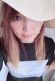 近くの帽子をかぶっている女性の写真・画像素材[1379820]