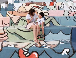 落書きの壁を持つ人の写真・画像素材[1393091]