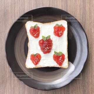 いちご柄トーストの写真・画像素材[1530494]