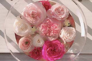 テーブルの上のピンクの花の写真・画像素材[1566395]
