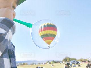 気球をしゃぼん玉にとじこめて。の写真・画像素材[1613988]