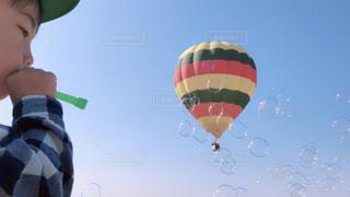 近くに空に人バルーンのアップの写真・画像素材[1614004]