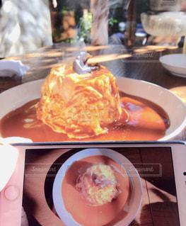 テーブルの上に食べ物のプレートの写真・画像素材[1622988]