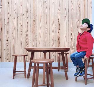 木の椅子に座る人の写真・画像素材[1622992]