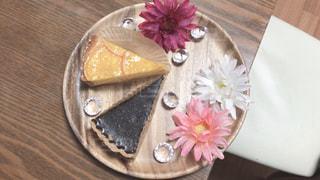 木製テーブルの上に座っているケーキの写真・画像素材[1668634]