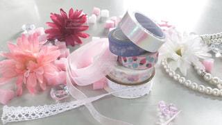 テーブルの上のピンクの花で一杯の花瓶の写真・画像素材[1684612]