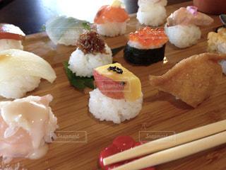木製のまな板の上に食べ物の写真・画像素材[1728794]
