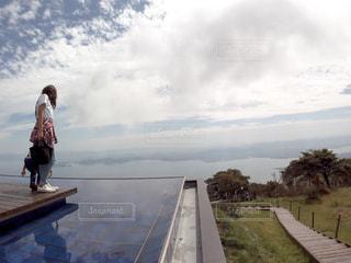曇り空の前に立っている人の写真・画像素材[1731258]
