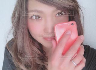 近くに携帯電話で話している女性のの写真・画像素材[1736590]