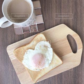 木製のまな板の上にパンの切れ端の写真・画像素材[1753538]