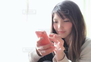 近くにドーナツを食べる柴田あゆみのアップの写真・画像素材[1753841]