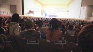 観衆の前で座っている人々 のグループの写真・画像素材[1807744]