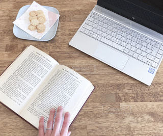 木製テーブルの上に座っているラップトップ コンピューターの写真・画像素材[1813689]