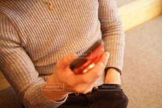携帯電話を持っている人の写真・画像素材[1813690]