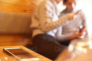 テーブルに座っている人の写真・画像素材[1813693]